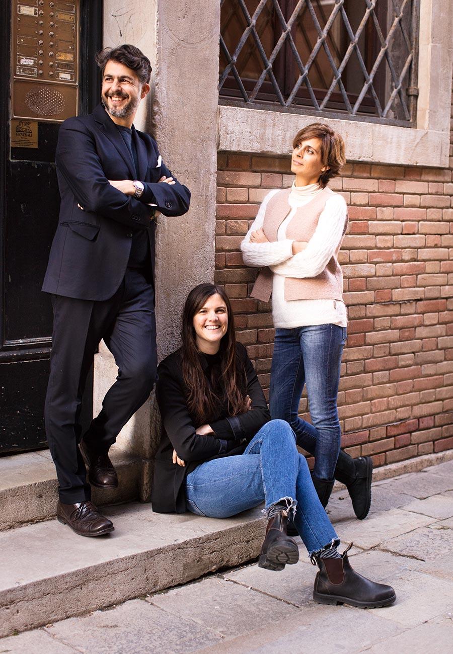 Gioele e Heiby Romanelli sono in piedi mentre Zoe Argenton.